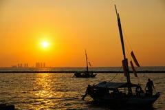 在日落的渔船 库存图片