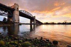 在日落的温哥华的历史的Burrard桥梁 免版税库存照片