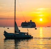 在日落的游艇和游轮 免版税库存照片