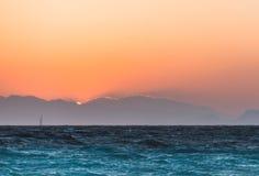 在日落的游艇在爱琴海 Lindos 希腊 免版税库存照片