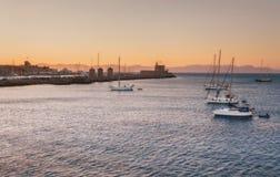在日落的游艇在Mandraki附近的地中海怀有 Lindos 希腊 免版税库存照片