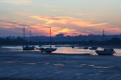 在日落的游艇在Manningtree 免版税库存照片