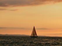 在日落的游艇 库存图片