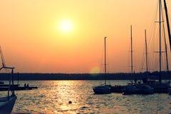 在日落的游艇 免版税库存照片