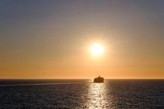 在日落的游轮 库存图片