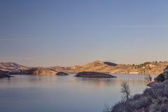 在日落的湖山 库存图片