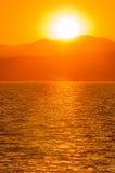 在日落的湖山 免版税图库摄影