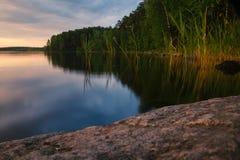 在日落的湖岸 库存图片