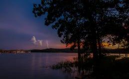 在日落的湖闪电 免版税库存照片