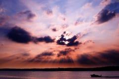 在日落的湖 免版税库存图片