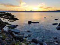 在日落的湖 库存图片