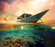在日落的潜水小船 免版税库存照片