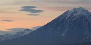 在日落的火山,堪察加,俄罗斯 免版税库存图片