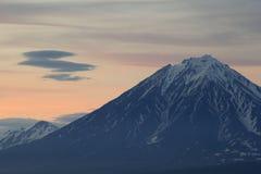 在日落的火山,堪察加,俄罗斯 库存图片