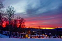 在日落的火热的天空在树带界线滑雪胜地西维吉尼亚 免版税库存照片