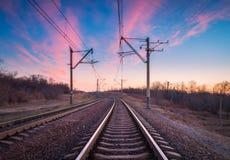 在日落的火车平台 铁路 火车站 免版税库存图片