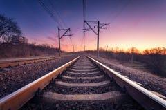 在日落的火车平台 铁路 火车站 免版税库存照片