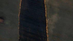 在日落的火领域 英尺长度 大规模火,从上面的看法 通风 股票视频