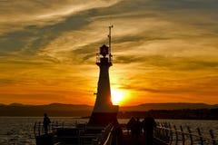 在日落的灯塔剪影 免版税库存照片
