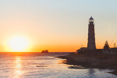 在日落的灯塔在晴天的微明下 免版税库存照片