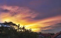 在日落的灼烧的天空 库存照片