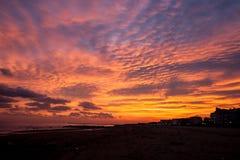 在日落的灼烧的天空 免版税库存图片