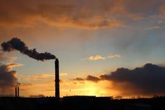 在日落的烟 免版税库存照片