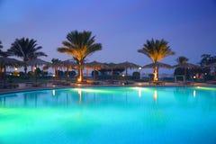 在日落的热带手段水池 免版税库存图片