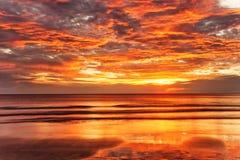 在日落的热带海滩。 免版税库存照片