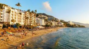在日落的热带海滩视图 免版税库存照片