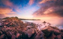 在日落的热带海滩 免版税库存图片