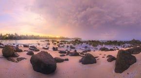 在日落的热带海滩 免版税图库摄影