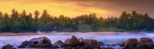 在日落的热带海滩 库存照片