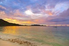 在日落的热带海滩彻特d'Or -塞舌尔群岛 免版税库存图片