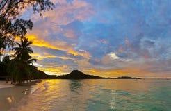 在日落的热带海滩彻特d'Or -塞舌尔群岛 库存照片