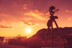 在日落的照相机在海角Sounio 免版税图库摄影