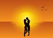 在日落的爱情戏 库存图片
