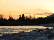 在日落的狂放的河风景伊萨尔河谷 免版税库存照片