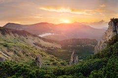 在日落的独特的山风景 免版税库存图片