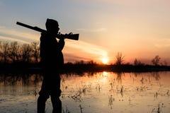 在日落的猎人 免版税库存照片