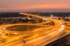 在日落的玛哈Chesadabodindranusorn桥梁在Nonthaburi, Thail 图库摄影