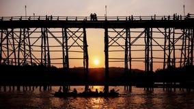 在日落的现出轮廓的桥梁 免版税图库摄影