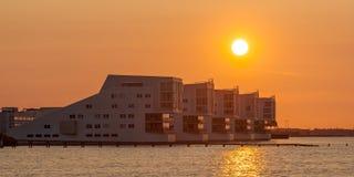在日落的现代公寓在Huizen,荷兰resemblin 免版税库存图片