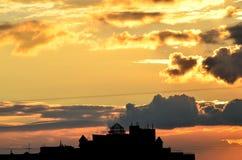 在日落的现代家城堡 免版税库存照片