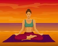 在日落的瑜伽凝思 库存图片