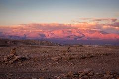 在日落的瓦尔de la月/月球在圣佩德罗火山de阿塔卡马,智利 图库摄影