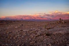 在日落的瓦尔de la月/月球在圣佩德罗火山de阿塔卡马,智利 库存图片