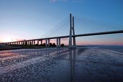 在日落的瓦斯科・达伽马桥梁在里斯本葡萄牙 免版税库存照片