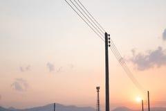 在日落的电子和导线 库存图片