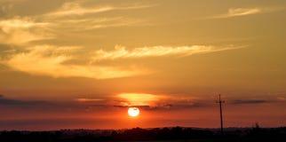 在日落的电定向塔 免版税库存照片